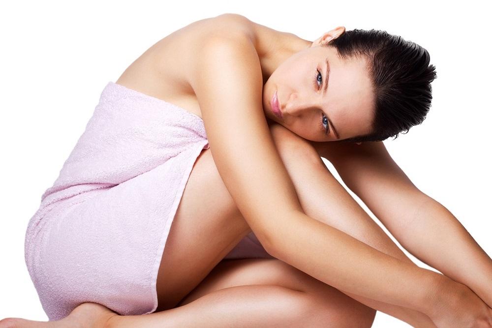 kobieta myśli o ujędrnianiu piersi