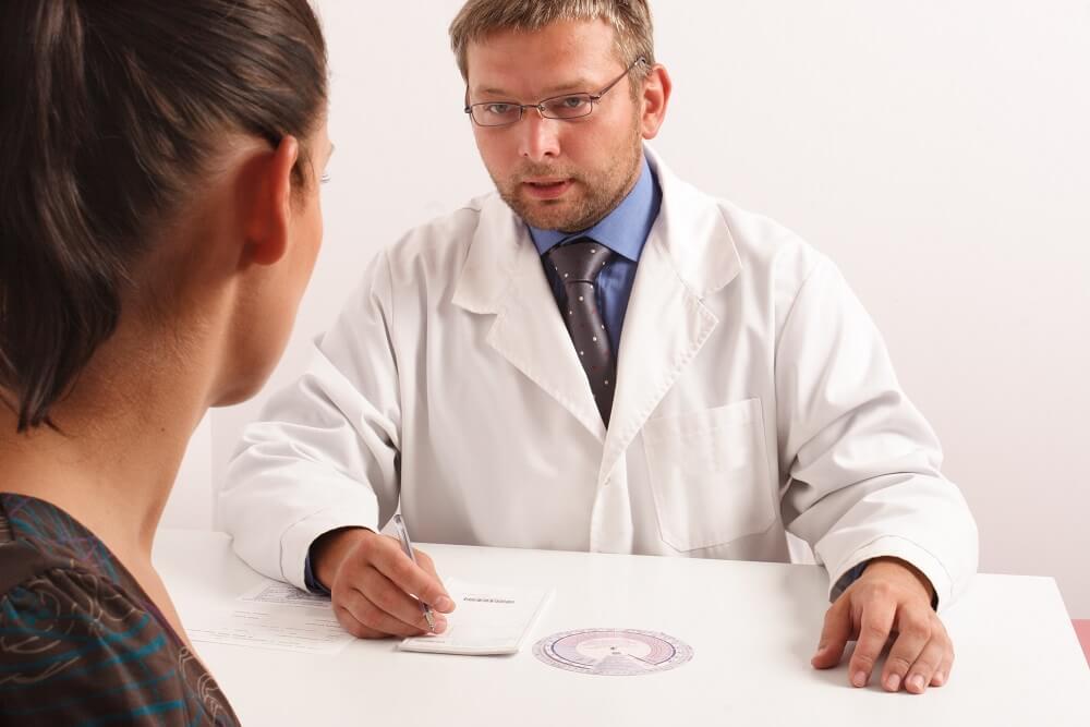 lekarz tłumaczy przeciwwskazania do laseroterapii